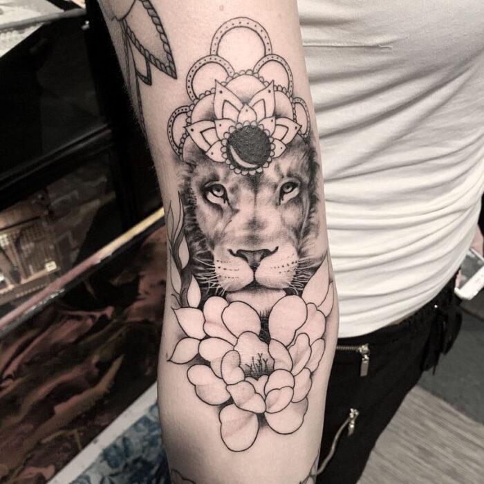 Tattoo lion flowers by Julia Hård Crooked Moon Helsingbog